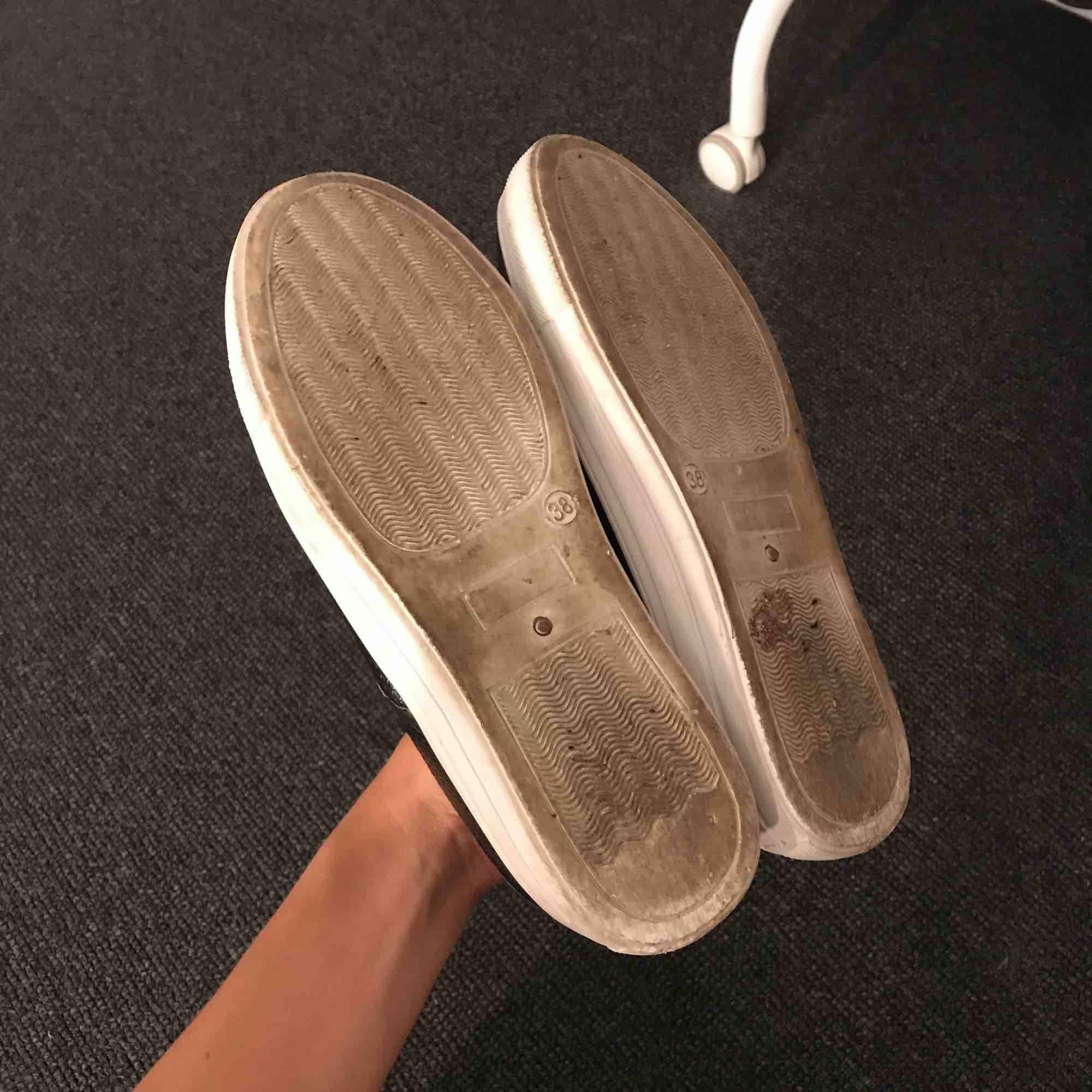 Svarta slip on från Nelly. Använda några gånger som syns på sulan. Klivit i tuggummi men ska rengöra innan nån köper dom såklart!!! Säljs pga används ej längre + lite stora.. Skor.