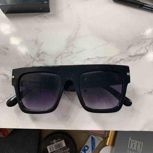 Ett par coola solglasögon ifrån River Island. Köpte de för 250:- och har knappt använts då jag inte passar i dem (spontanköpte dem). Köparen betalar halva frakten!