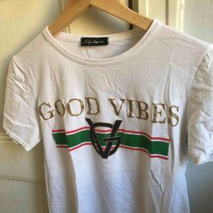 En t-shirt med tryck. Storlek medium, damstorlek. Skick: 6/10. Levereras nytvättad. Postas endast, 18kr (frakten är inräknad i priset). Mvh Marija