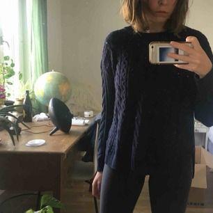 Mörkblå tröja. Passar till mycket. Perfekt till hösten. HM men ändå ganska bra kvalitet. Inte använd så mycket. Köparen står för frakten annars möts jag i Uppsala. Pris kan diskuteras.
