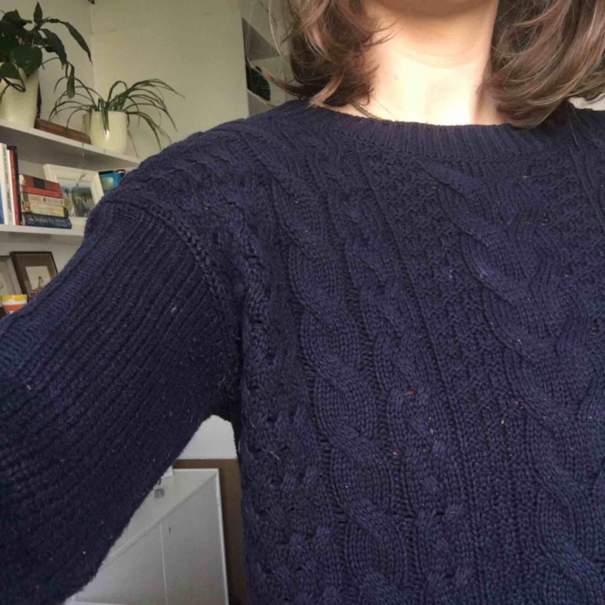 Mörkblå tröja. Passar till mycket. Perfekt till hösten. HM men ändå ganska bra kvalitet. Inte använd så mycket. Köparen står för frakten annars möts jag i Uppsala. Pris kan diskuteras. . Tröjor & Koftor.