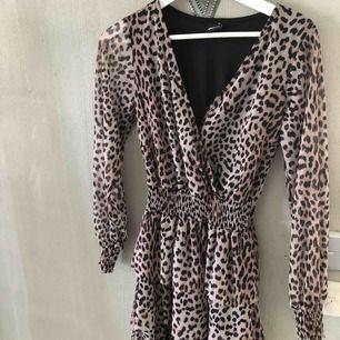 En klänning köpt från Gina Tricot! Bara använd ett fåtal gånger och är i väldigt bra skick. Kontakta mig för fler bilder eller frågor!☺️❤️
