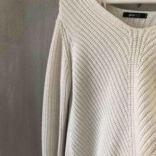 En stickad tröja från Gina Tricot! Använd endast 2 gånger för länge sen! Säljer den för den knappt kommer till användning. Det finns en fläck som inte syns när man har tröjan på sig! Har använt den Den är lite längre där bak och kortare där fram 🧡