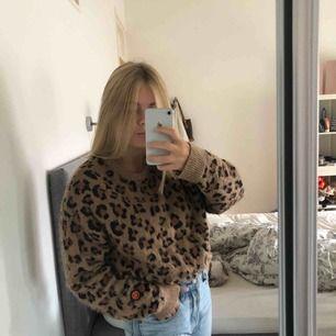 Säljer en superfin leopardtröja från Urban outfitters i storlek S(jag är 167 cm lång).  Kan mötas upp i Stockholm.  Annars står köparen för frakt💕 Nypris 899 kr, säljes för 150 kr!