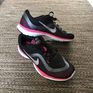 Snygga och sköna träningsskor från Nike. Modellen heter Nike Training Flex TR 6. Knappt använda och har endast används inomhus. Säljs då de inte kommer till användning. Köpare står för frakt