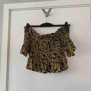Offshoulder tröja från Gina med söta blommor på