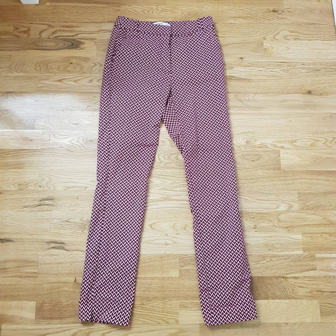As coola byxor med mönster från Mango i storlek 36. I väldigt bra skick då de bara har blivit använda ett fåtal gånger. Säljer pga att de inte kommer till användning och är lite för långa för mig som är 160. . Jeans & Byxor.