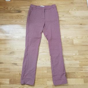 As coola byxor med mönster från Mango i storlek 36. I väldigt bra skick då de bara har blivit använda ett fåtal gånger. Säljer pga att de inte kommer till användning och är lite för långa för mig som är 160.