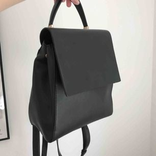 Svart ryggsäck från topshop! Små innerfack och långa axelband. Mått: 25x23 cm