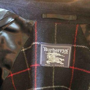 Säljer nu min burberry jacka då jag inte får användning för den. Perfekt höst/vinterjacka. Priset kan diskuteras och fler bilder finns!