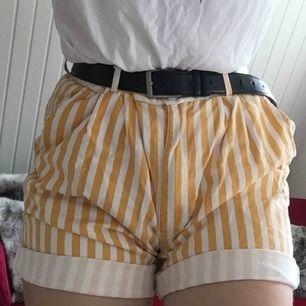 gul o vit randiga shorts från humana! står ingen storlek men passar nog de flesta eftersom att de är ganska stora och man kan ha med skärp! bara använda vid 2 tillfällen, frakt ingår i priset☺️