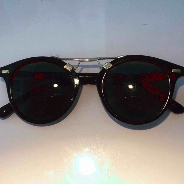 Snygga svarta solglasögon med gulddetalj från BikBok. Accessoarer.
