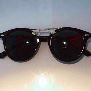 Snygga svarta solglasögon med gulddetalj från BikBok