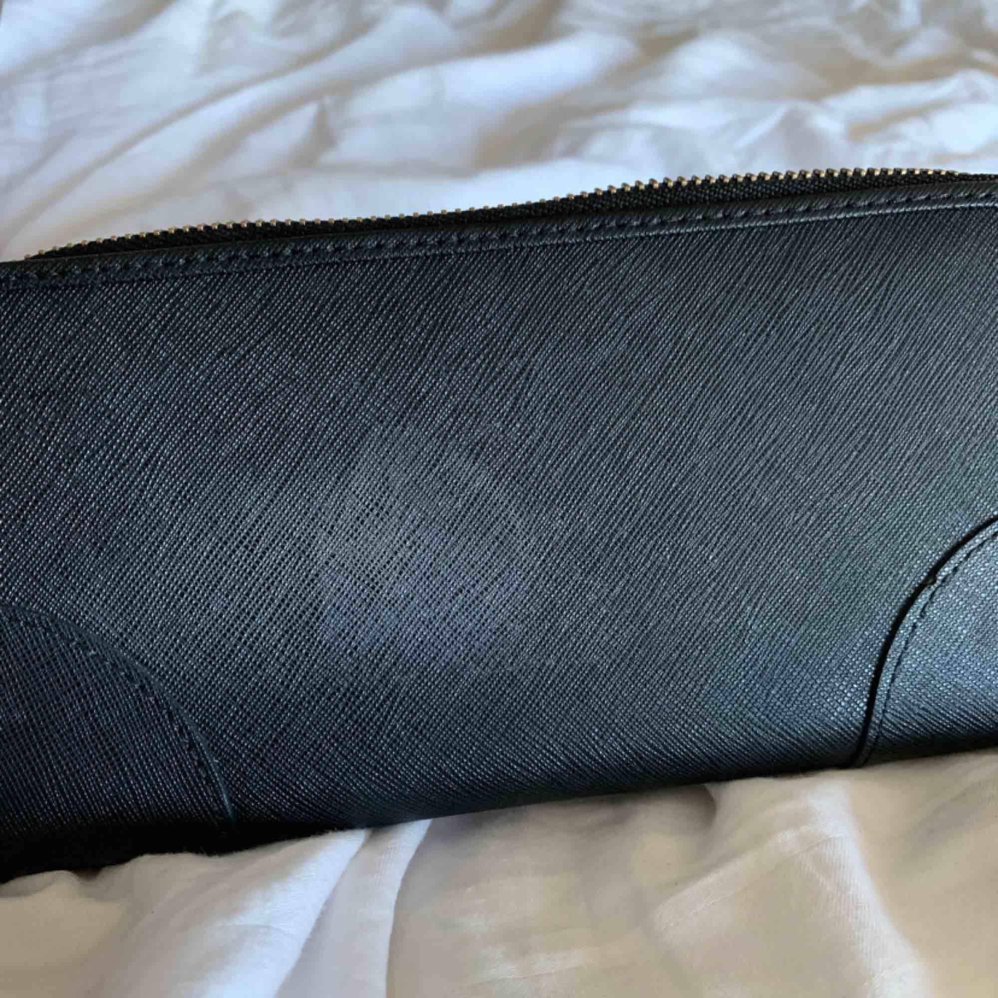 Äkta Juicy couture plånbok köpt i NYC. Fins skick, knappt använd bara legat i en låda i flera år. Finns en liten fläck på baksidan men den är knappt synlig (finns bild). Orginalpris är 800kr  Priset kan sänkas vid snabb affär. Väskor.