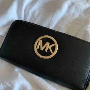 Falsk Michael Kors plånbok. Aldrig använd. Fint skick och snygg för att inte vara äkta.