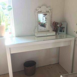 Sminkbord från Ikea, nypris 995 kr säljer för 450! Myckt fint skick! Skriv för fler bilder