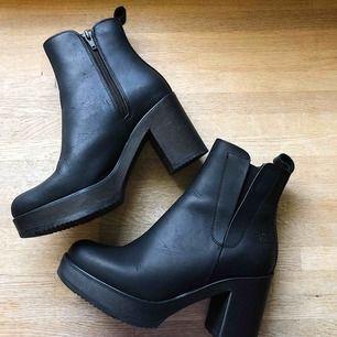Snygga skor till höst/vinter från Urban Project. Använda ca 3 gånger och otroligt sköna att gå i. Inköpspris 1800:-