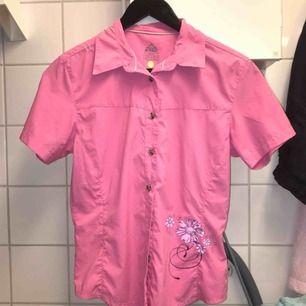 Skit snygg skjorta som tyvärr är lite för liten som du kan se på sista bilden. Är storlek M själv men tror den passar bäst på en S eller bara någon med mindre byst💕 köparen står för frakten