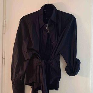 Marinblå skjorta från Vero moda, storlek S. Aldrig använd, prislapp kvar.