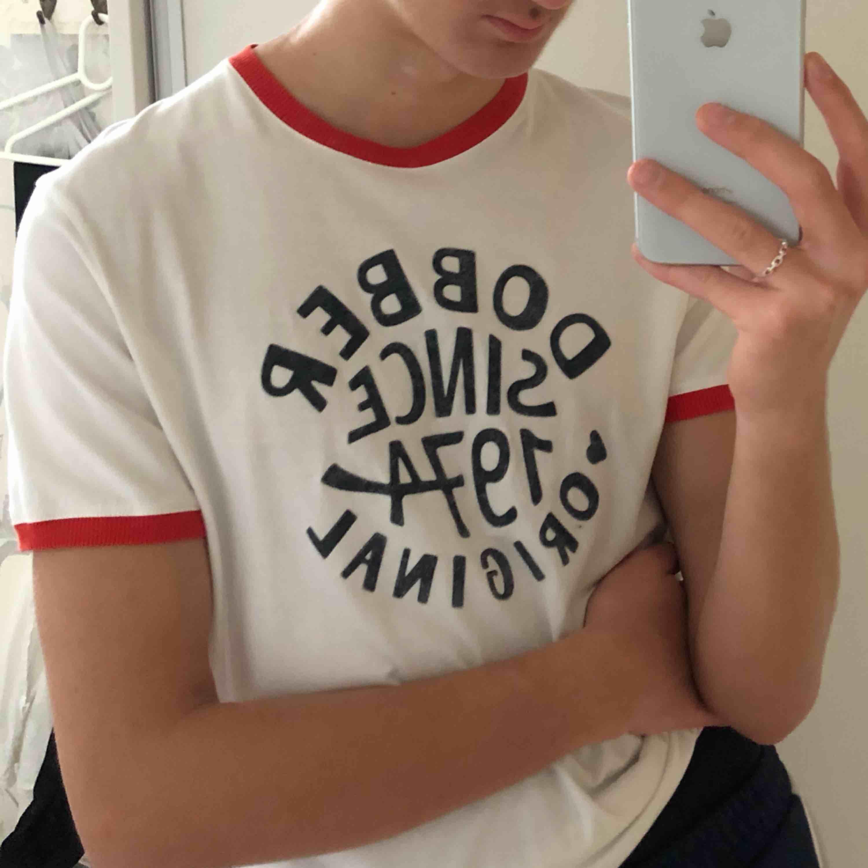 Unik och as cool T-shirt från Dobber. Utmärkt skick och söker en ny ägare!. T-shirts.