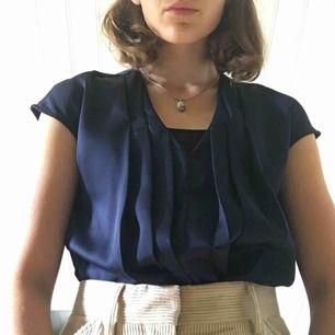 Cool t-shirt blus från Wera, mörkblå i strl.36. Denna + Manchester & kängor=en loook🌟  (+36kr frakt)