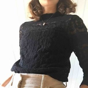 Svart typ genomskinlig tröja, saknar lapp men har bra kvalité. Passar på de på S och M. (+36kr frakt)