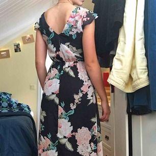 Blommig långklänning med volangärmar, använd 2-3 gånger så nästan i nyskick. Strl XS men passar jättebra på mig som har M. (+36kr frakt)
