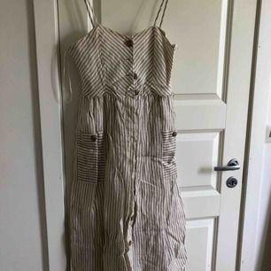 Midiklänning i linne, nyskick! Köparen står för frakten