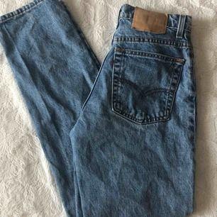 Säljer mina älskade Levis byxor som jag tyvärr inte hittar så mycket användning av längre. Storlek M men passar mig perfekt som är 165. Kommer också passa folk som har 25/26/27 i midjan. Inget fel med byxorna, extremt bra skick!
