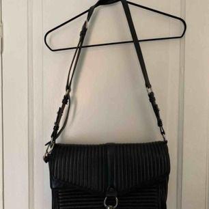 Säljer min fina väska från Rebecca Minkoff. Väskan är väl använd men i bra skick.  Måtten är: 32cm bred och ca. 20 hög.   Nypris: 3500 kr  Mitt pris: 400 kr   Hämtas upp på Södermalm eller skickas mot betalning.