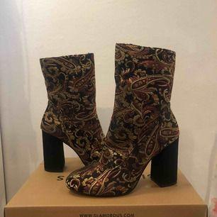 Högklackade boots i mönstrat använda 1 gång :) inte alls slitna. Jag är 178 och har normalt storlek s. Möts gärna upp i Stockholm annars står köparen för frakt :)) jag tar emot swish