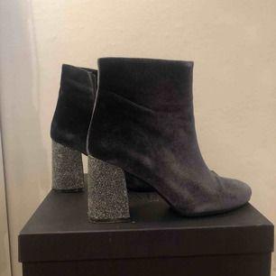 Högklackade boots med glitter och sammet! Jag är 178 och har normalt storlek s. Möts gärna upp i Stockholm annars står köparen för frakt :)) jag tar emot swish