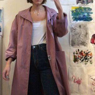 Lila secondhand trench coat/ tunn kappa! Använd 1 gång :)  Jag är 178 och har normalt storlek s. Möts gärna upp i Stockholm annars står köparen för frakt :)) jag tar emot swish