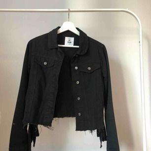 Riktigt snygg svart jeansjacka i storlek XXS med unikt tryck på ryggen. Passar även för dom som bär XS. Säljes pga för många jeansjackor😭möts upp i stockholm