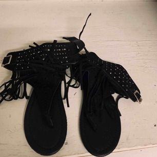 Svarta sandaler med fransar och nitar. Aldrig använda. Strl 37