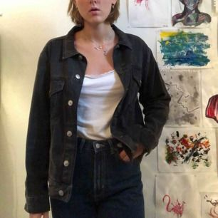 Lite större jeans jacka i svart! Använd men inga spår eller slitningar! Jag är 178 och har normalt storlek s. Möts gärna upp i Stockholm annars står köparen för frakt :)) jag tar emot swish