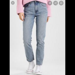 Högmidjade jeans från weekday i modellen Seattle. W30L28, säljer pga de är för stora för mig tyvärr. Färgen är Seattle week blue. Pris kan diskuteras :) nypris: 499kr