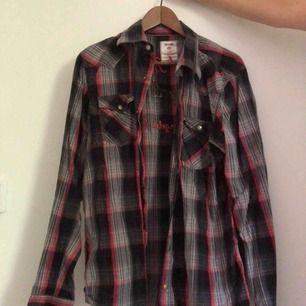 Skjorta från Jack & Jones. Normalt begagnat skick. Frakt tillkommer men pris kan diskuteras.