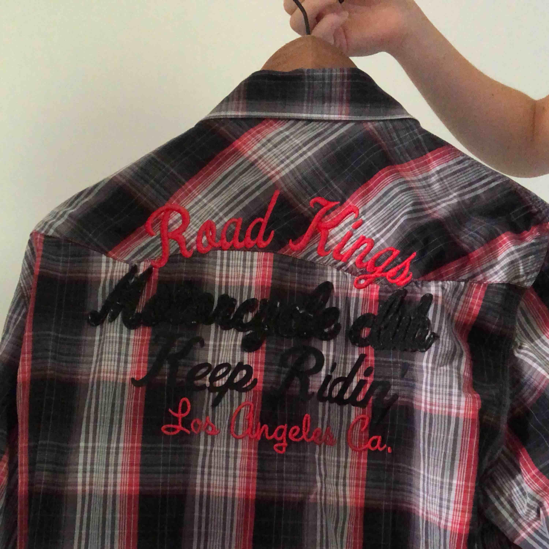 Skjorta från Jack & Jones. Normalt begagnat skick. Frakt tillkommer men pris kan diskuteras.. Skjortor.
