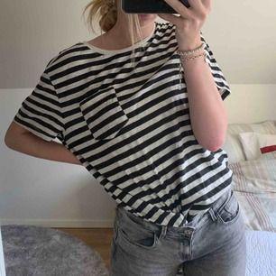 Oanvänd randig tröja från H&M.  Är aningen oversized på mig som vanligtvis har storlek S. Nypris: 149kr