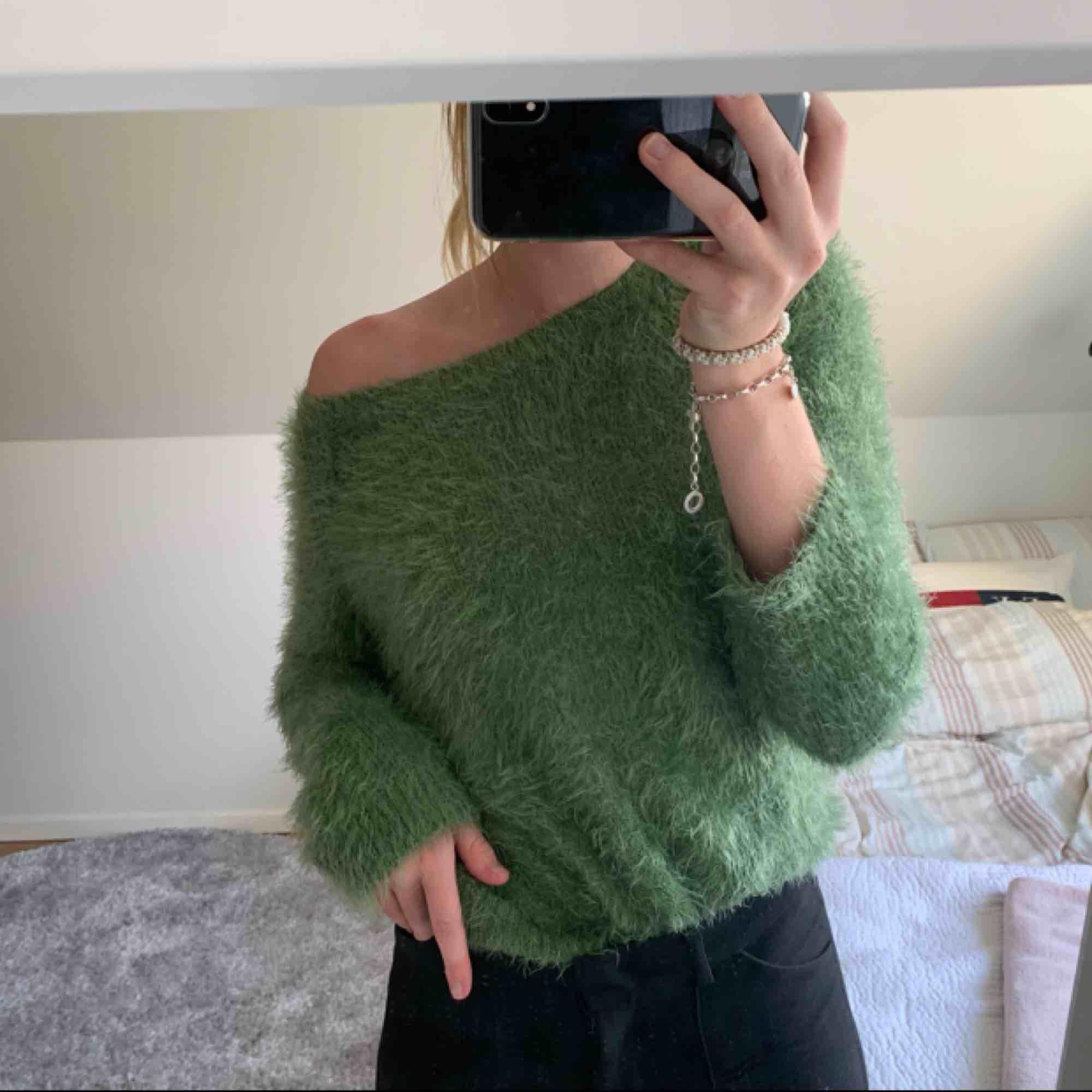 Grön, mjuk tröja ifrån Zara. Helt oanvänd, ganska liten i storleken. Nypris: 199kr. Tröjor & Koftor.