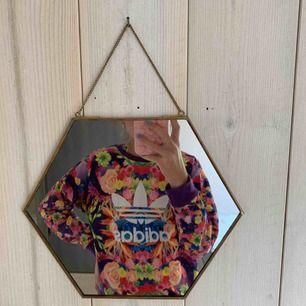 Snygg adidas sweatshirt! ÄKTA, knappt använd alltså är den i väldigt fint skick! 💞