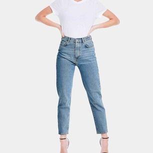 Första bilden är en referens och har inte samma jeanstvätt som de som säljs. Mom/straight jeans köpta här på Plick men är inte använda av mig då det var för små. Byxorna är i en ljusare jeanstvätt, fler bilder kan skickas vid intresse. Frakt tillkommer.
