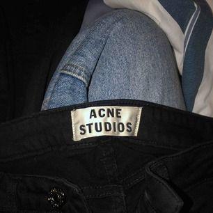 Svarta mid-Rise skinny jeans från Acne Studios. Inte EXAKT de som finns i butik idag, bara annan lapp inuti byxan! Står heller ingen storlek men jag har vanligtvis xs och de sitter bra på mig dom ni ser, är 162cm!🤩 frakt tillkommer