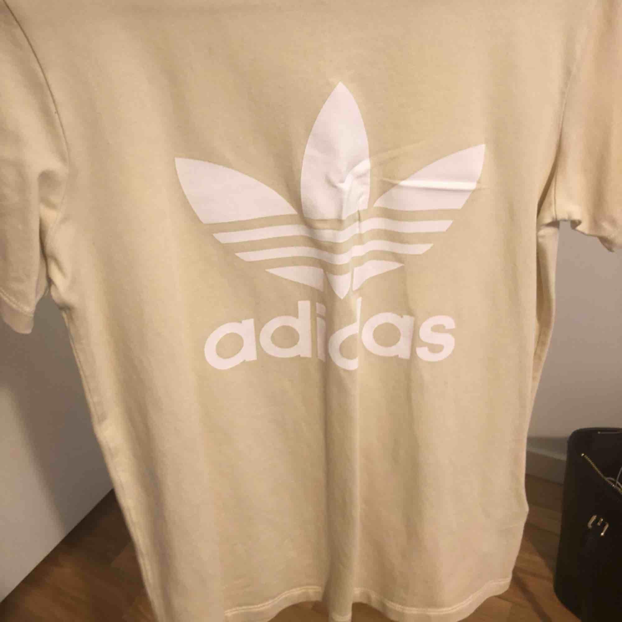 Adidas t-shirt. Köpt på adidas store.. T-shirts.