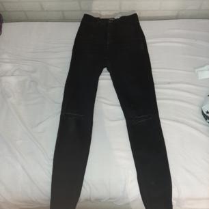 Svarta jeans med hål vid knäna från Zara, säljer de för att jag har skaffat 2 exakt samma som dessa. Köpta för 249. Vääldigt stretchiga. De ger väldigt fina kurvor och de är samtidigt väldigt högmigjade (över naveln)