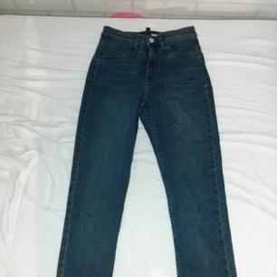Skinny jeans. Blåa, långa, stretchiga, högmidjad, använd 1 gång och gillar de väldigt mycket men säljer de för att de är lite för långa för mig. Mer info? Kontakta mig💓