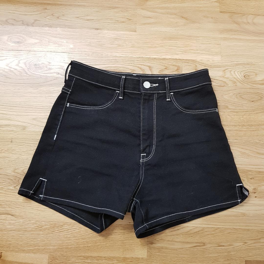 Riktigt fina shorts från H&M. Säljs pga att de är för tajta för mig vid låren, annars använda bara 2 gånger. (obs, har husdjur hemma så det kan förekomma hår på bilderna. kommer tas bort vid köp). Shorts.