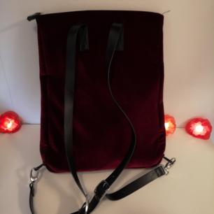 Cool och unik ryggsäck från Monki, i superfint skick! Svår att ta bild på men är i vinrött velvettyg och med fuskläderremmar. Perfekt storlek för att ha en dator i!