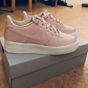 Helt nya och oanvända Nike air force i färgen ljusrosa. Säljes på grund av fel storlek. Köparen står för eventuell frakt. Nypris: 899:-